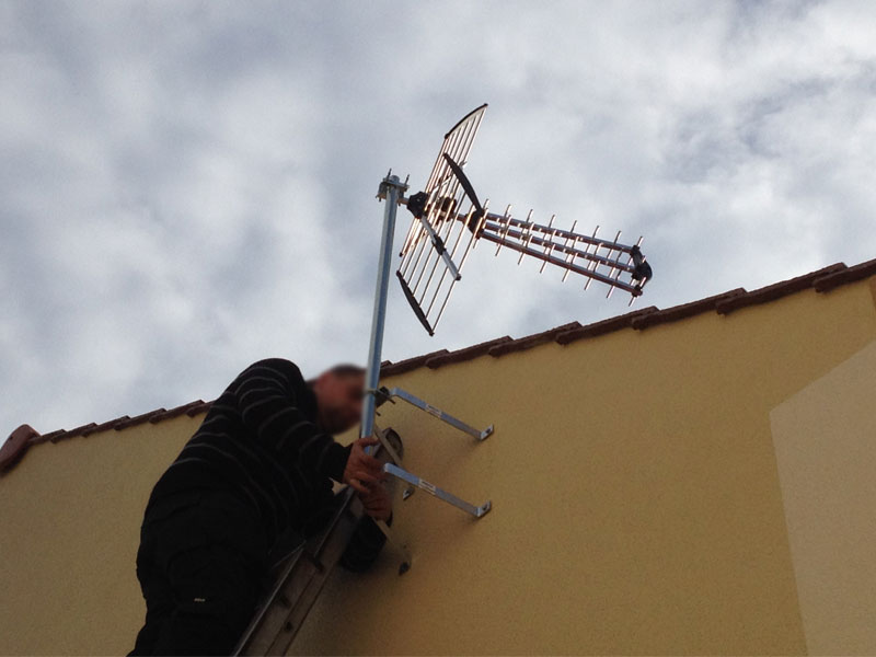Pose de l 39 antenne t l ma maison phenix - Pose antenne tv ...