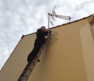 Fin du montage de l'antenne sur une façade de notre Maison Phénix.