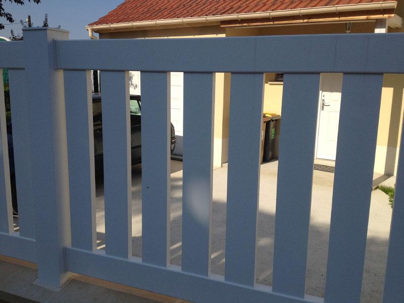 La clôture est aussi ajourée comme le portail et le portillon.