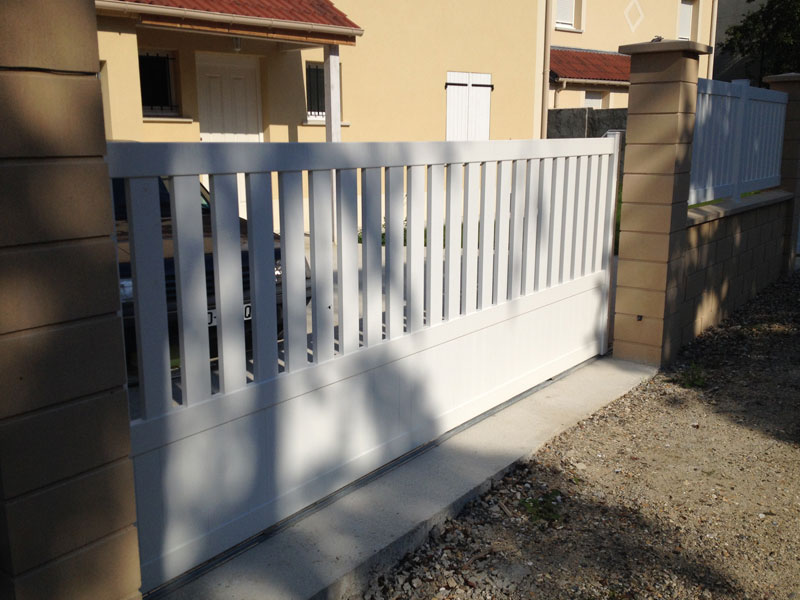 Notre portail coulissant blanc en aluminium
