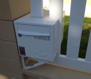 Notre boite aux lettres encastrée dans la clôture.