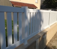 La clôture blanche en aluminium