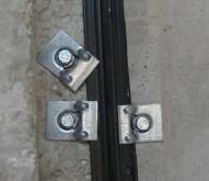 Fixations d\'une plaque sur la structure métallique