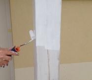 Début de la peinture sur le poteau du porche