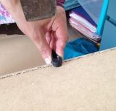 Fixation des fonds des meubles grâce à ce petit outil qui tient le clou bien droit.