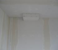 Le conduit de cheminée est plaqué dans le salon de notre Maison Phénix